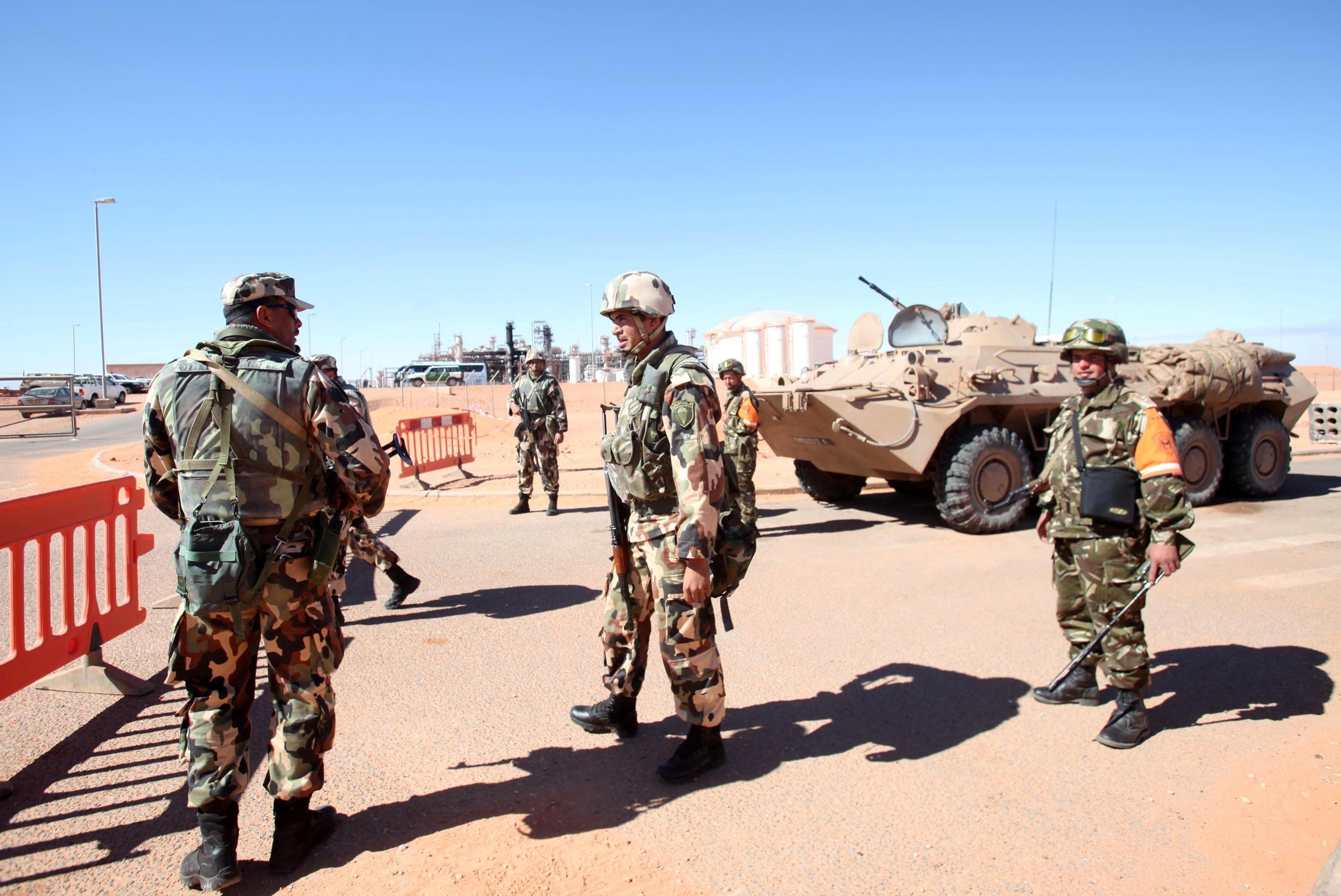 Des soldats de l'ANP sécurisant le site gazier de Tiguentourine. New Press