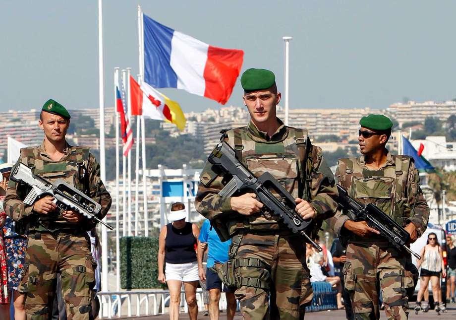 Des soldats déployés sur la Promenade des Anglais, à Nice. D. R.