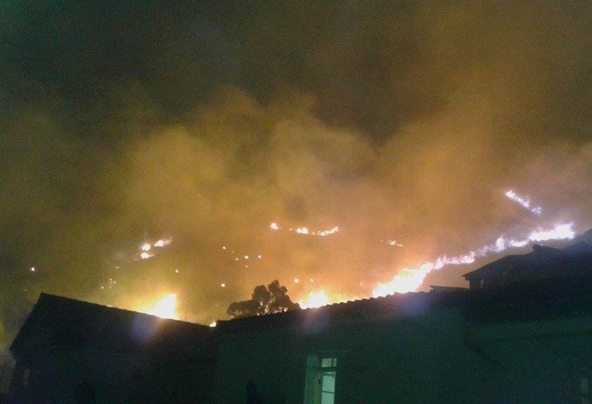 Photo de l'incendie prise par un habitant de Béjaïa. La ville suffoque. AP