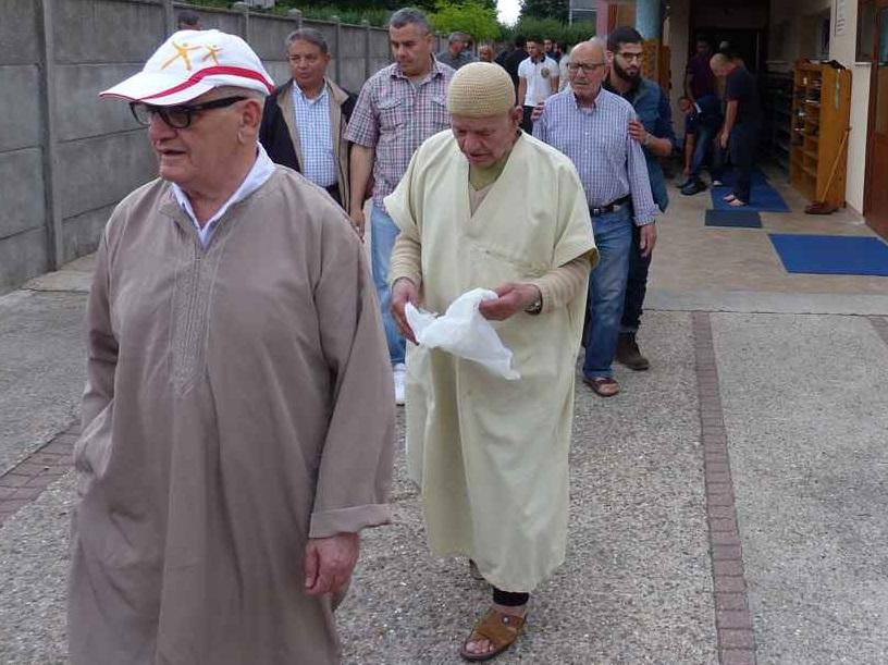 Des fidèles sortant de la mosquée de Saint-Etienne après avoir accompli la prière. D. R.
