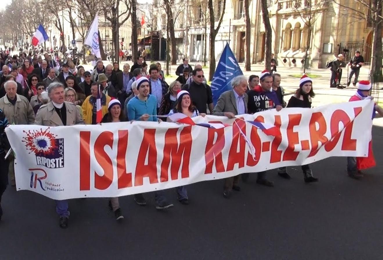 Des manifestants d'extrême droite brandissent un slogan de Riposte Laïque. D. R.