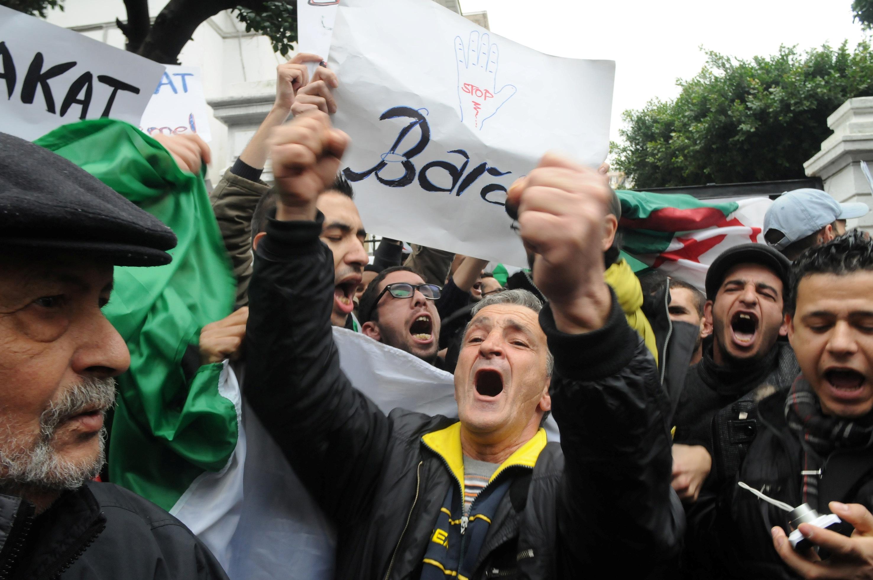 Manifestation du mouvement «Barakat» devant l'université d'Alger, le 15 mars 2014. New Press