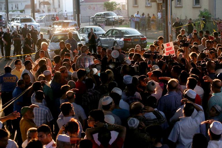 Rassemblement devant la mosquée d'Ozone Park où le crime a eu lieu. D. R.