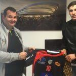 Ayoub lors de la signature de son contrat avec PAUC Handball. D. R.