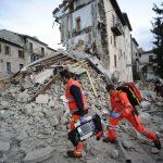 Des secouristes recherchent des blessés à Arcuata del Tronto (centre de l'Italie). D. R.