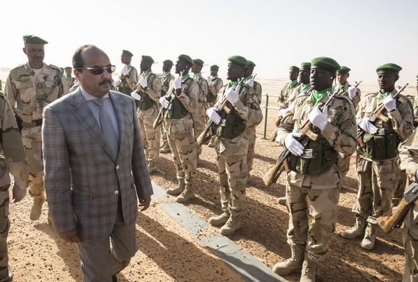 Le président mauritanien passant en revue un détachement de l'armée. D. R.