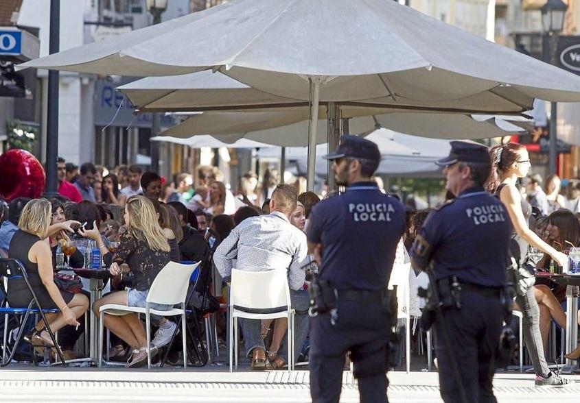 Des policiers en faction à Alicante. D. R.