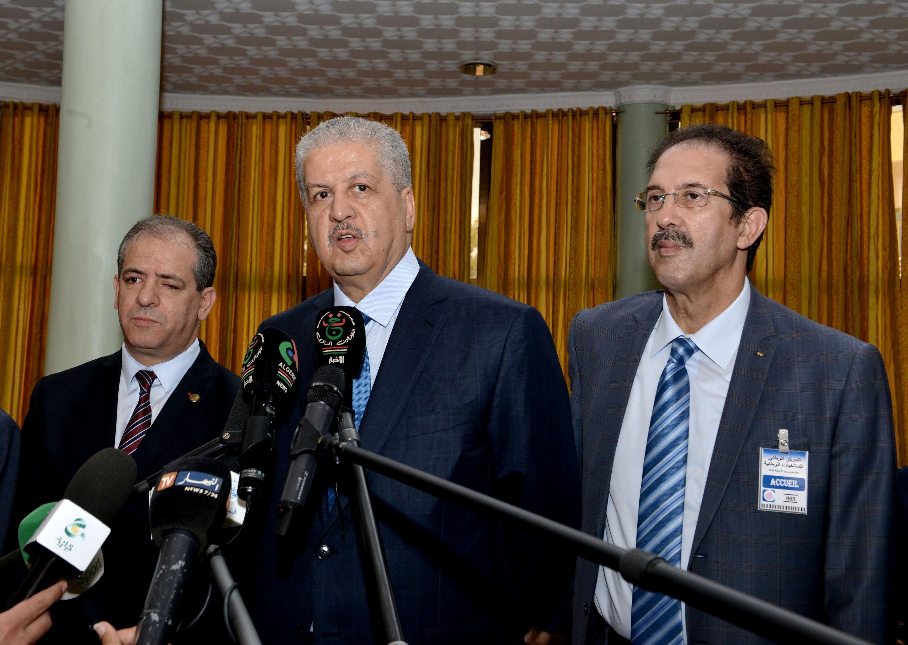 Le Premier ministre, lors de sa visite à la délégation algérienne à Sidi Moussa. New Press