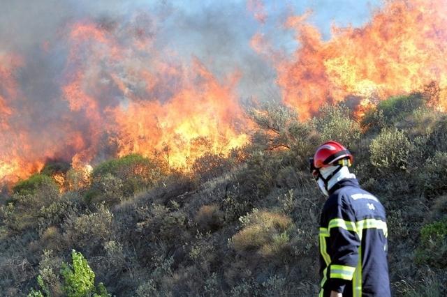 «Le feu part de partout, c'est incontrôlable», constatait un policier. D. R.