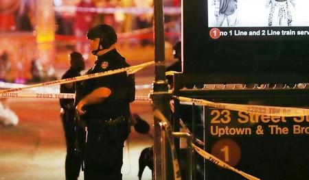 Des policiers sur les lieux de l'explosion. D. R.