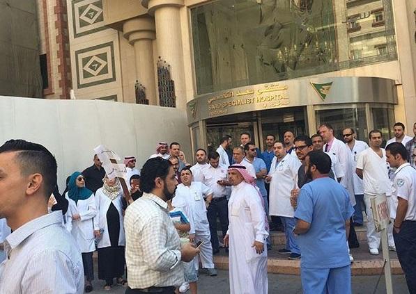Sit-in des médecins et infirmiers en grève devant leur hôpital. D R.