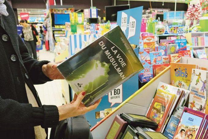 Le livre du prédicateur wahhabite Aboubakr Al-Jazaïri dans un rayon de la Fnac. D. R.