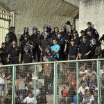 Des policiers appelés en renfort dans les tribunes du stade du 1er novembre de Tizi Ouzou. New Press