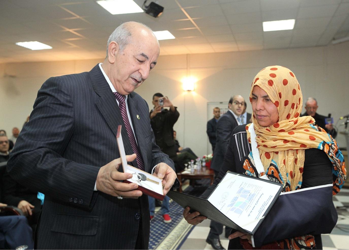 Mise en scène : Abdelmadjid Tebboune remettant les clés d'un appartement à une heureuse bénéficiaire. New Press