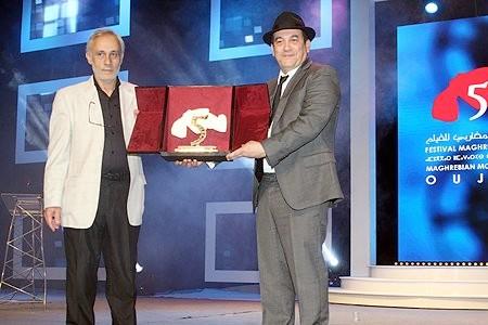 Lotfi Bouchouchi recevant le grand prix du Festival d'Oujda. D. R.