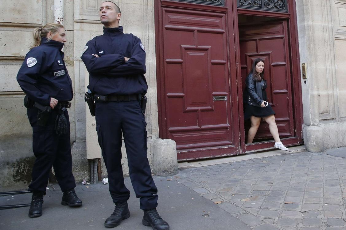 Deux policiers en faction devant la résidence où s'est déroulé le cambriolage à main armée. D. R.