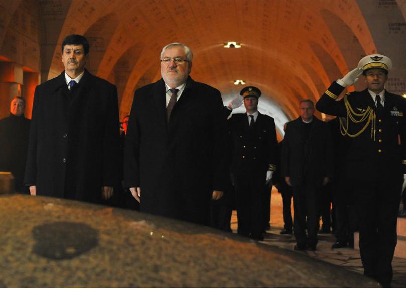 Le ministre des Moudjahidine, à Paris, avec le secrétaire d'Etat français chargé des Anciens combattants, Jean-Marc Todeschini. D. R.