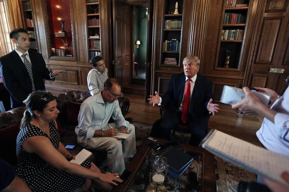 Trump entouré de ses collaborateurs. D. R.