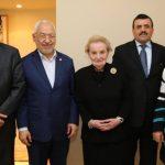 Rached Ghannouchi avec Madeleine Albright, une des instigatrices du «printemps arabe». D. R.