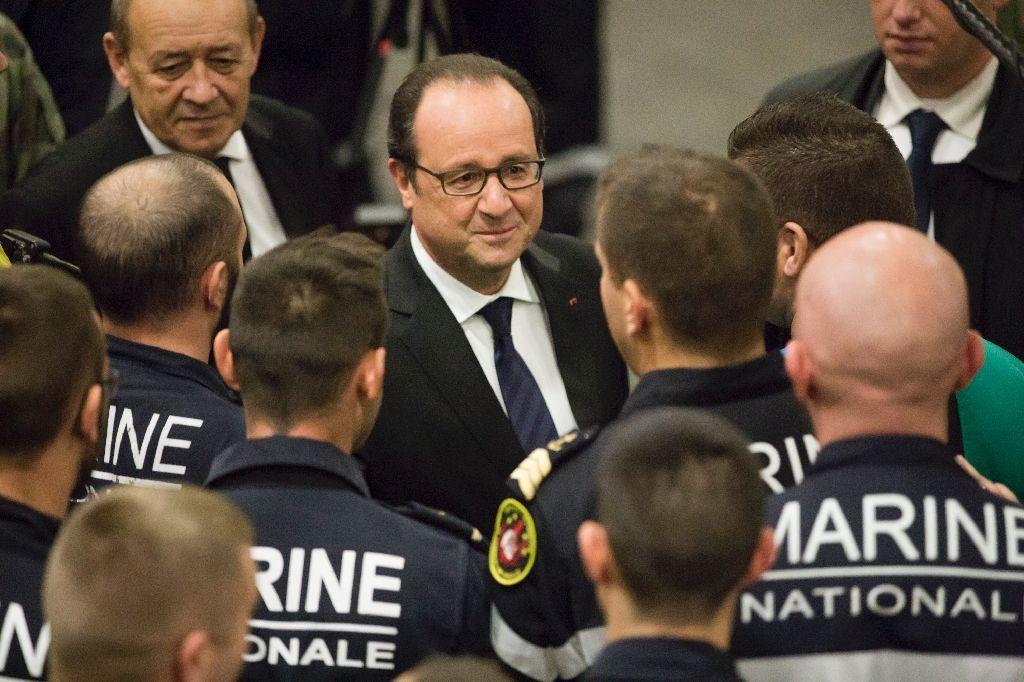 François Hollande sur le porte-avion de la marine française près des côtes syriennes. D. R.