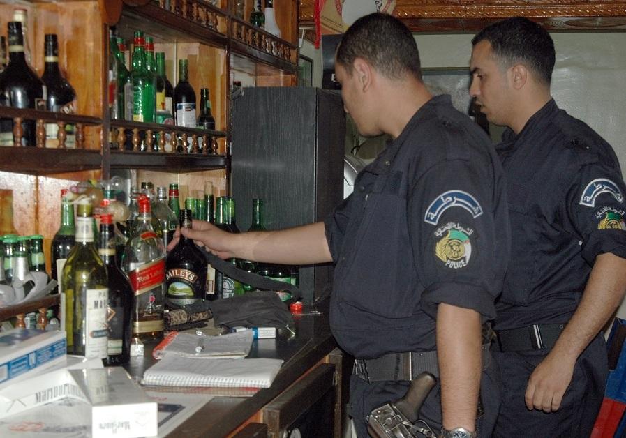 Contrôle de police dans un bar. New Press