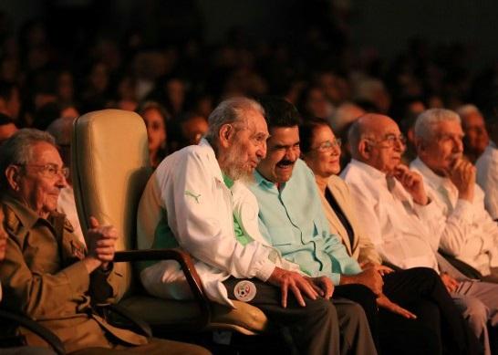 Le leader cubain Fidel Castro arborant les couleurs nationales algériennes. D. R.
