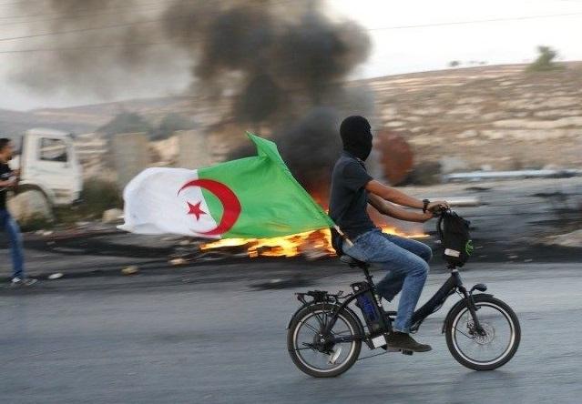 Un Palestinien arborant le drapeau algérien. D. R.
