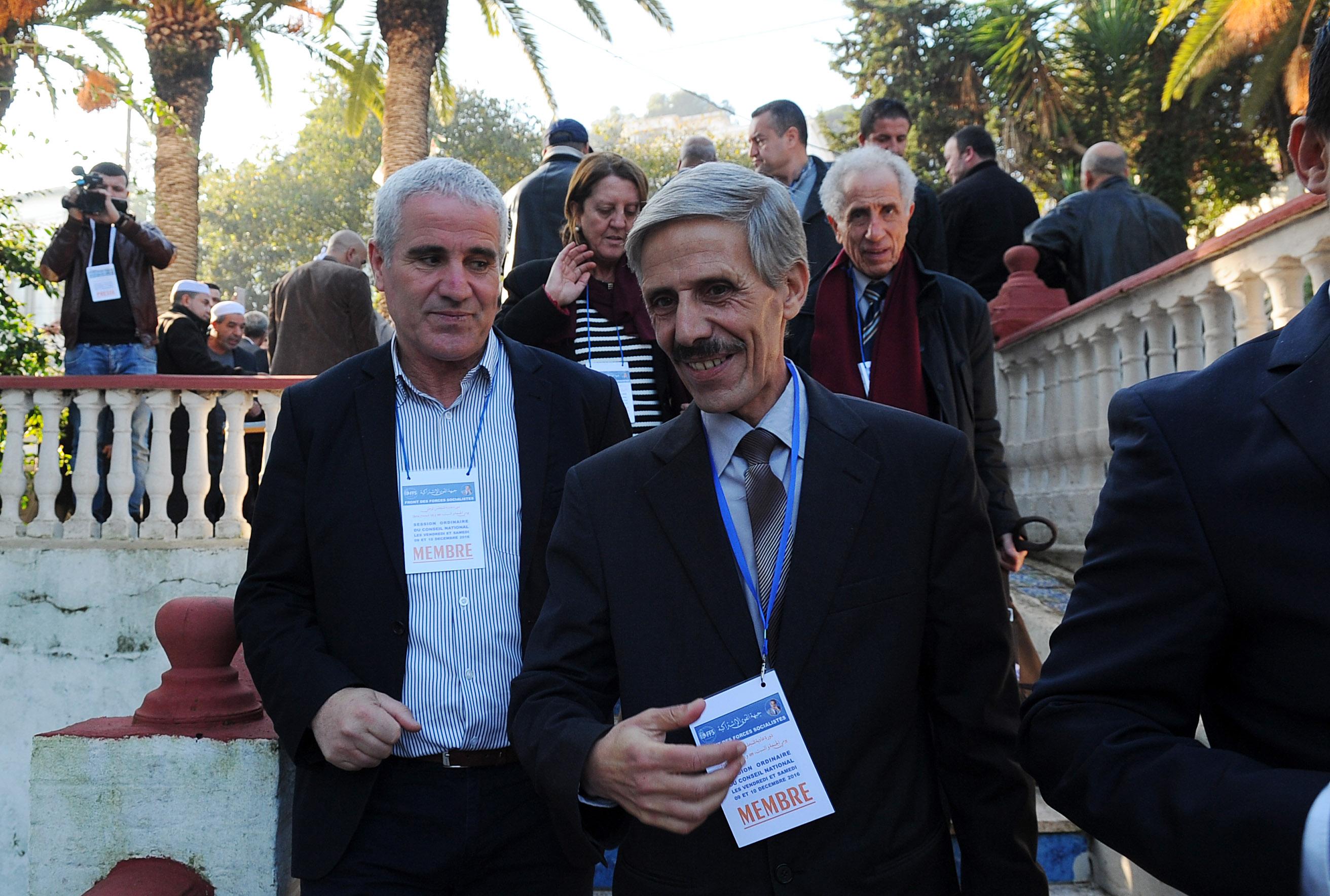 Abdelmalek Bouchafa (à droite), avant l'ouverture de la réunion. New Press