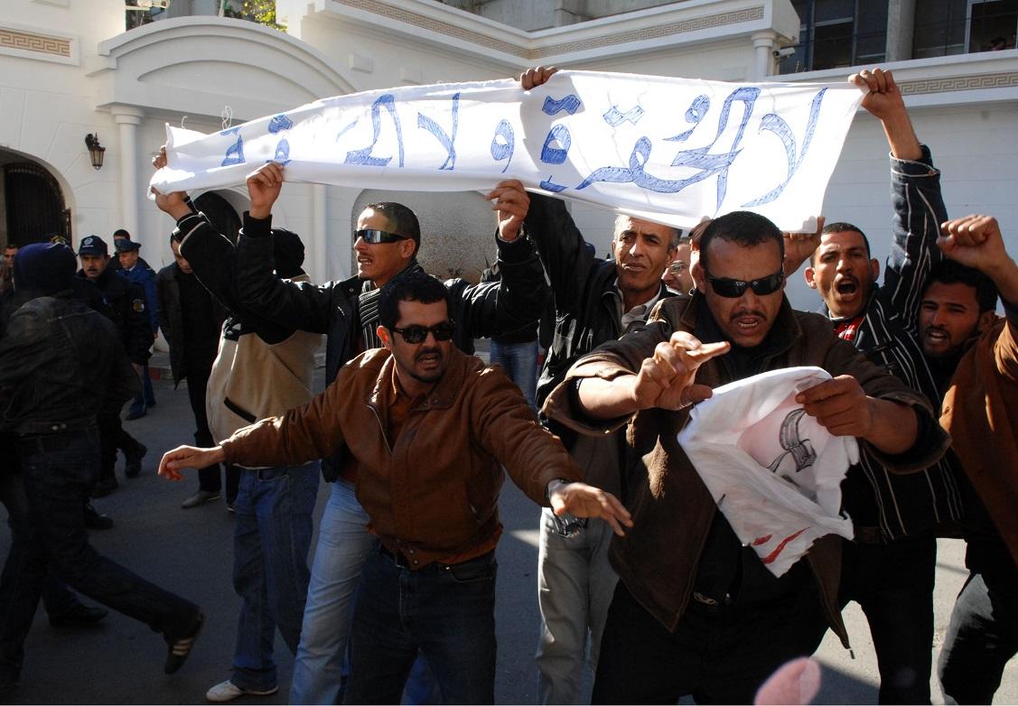 Manifestation d'activistes de la CNDDC dont Tahar Belabbas est membre. New Press