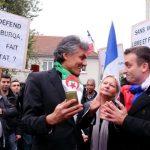 Rachid Nekkaz narguant des militants de l'extrême-droite en France. D. R.