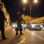 Des policiers en faction devant le tribunal de Ghardaïa. New Press