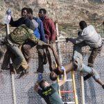Les migrants qui ont donné l'assaut en dix points différents de la haute barrière. D. R.