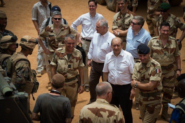 Le Drian inspecte ses troupes au Mali. D. R.