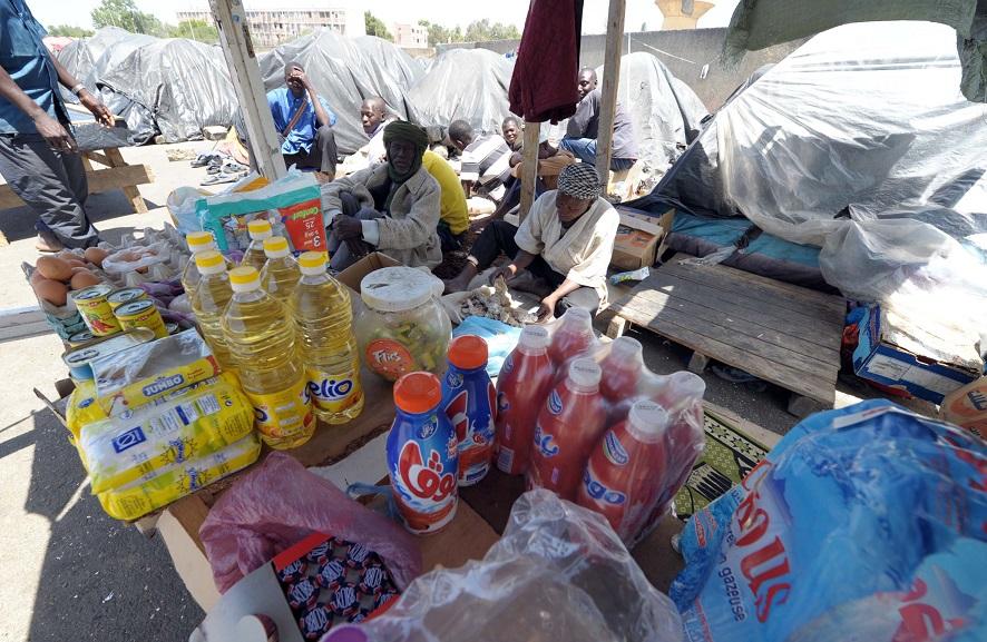 Des migrants subsahariens s'adonnant au commerce à Boufarik, au sud d'Alger. New Press