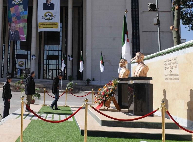 Stèle à la mémoire d'Abdelhak Benhamouda à la Maison du peuple. New Press