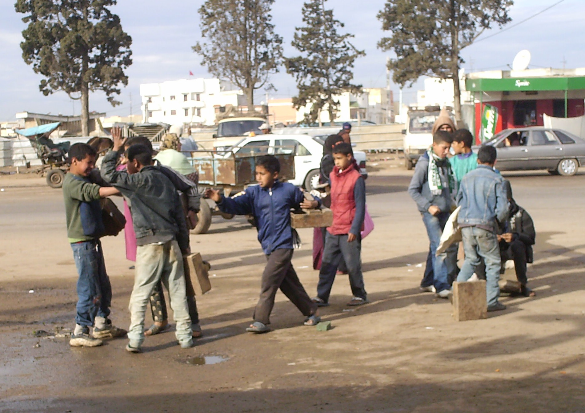 Des enfants cireurs au Maroc. Un travail rabaissant banni en Algérie. D. R.