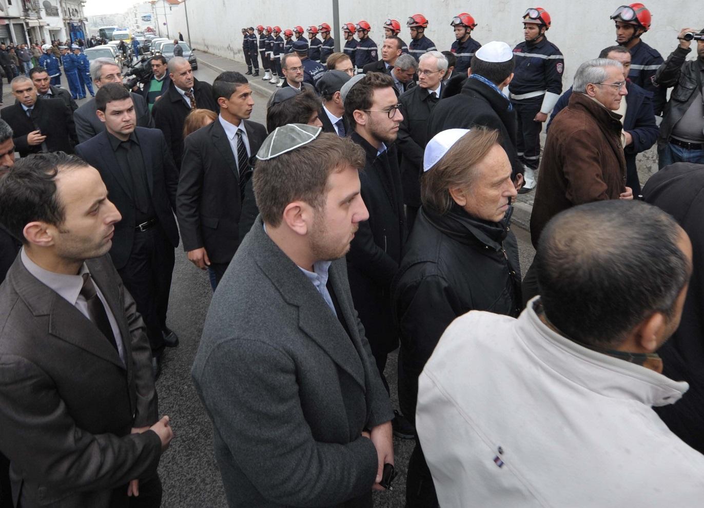 Des proches du défunt Roger Hanin lors de son enterrement au cimetière juif d'Alger. New Press