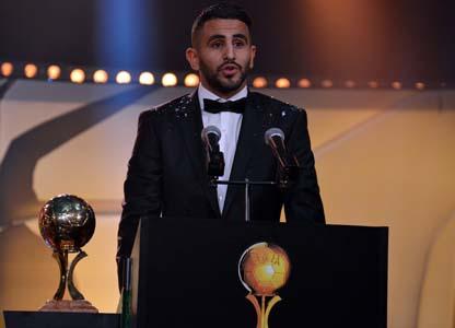Riyad Mahrez recevant le Ballon d'or du meilleur footballeur algérien 2015. New Press