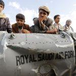 Des Yéménites devant l'épave d'un bombardier de l'armée de l'air saoudienne. D. R.