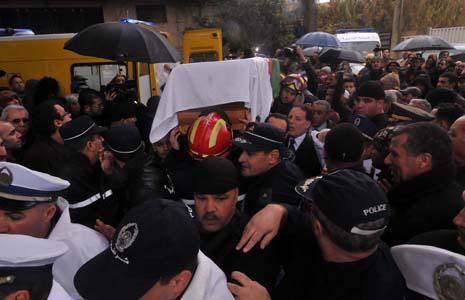 Une foule nombreuse a assisté à l'enterrement du défunt Bakhti. New Press