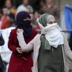 Des filles palestiniennes se battant contre des soldats de Tsahal. D. R.