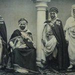 Le bachagha Benghana (assis) avec trois autres traîtres au service de la France coloniale. D. R.