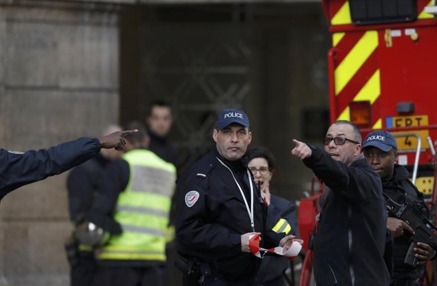 Manipulés par leurs médias, les Français ne savent plus dans quel sens regarder. D. R.