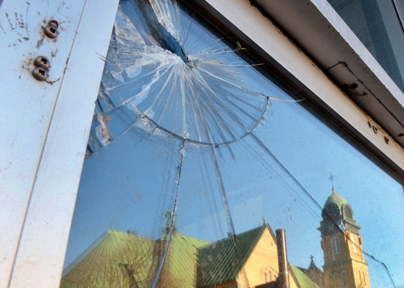 Vitre brisée sur la façade de la mosquée Khadija. D. R.