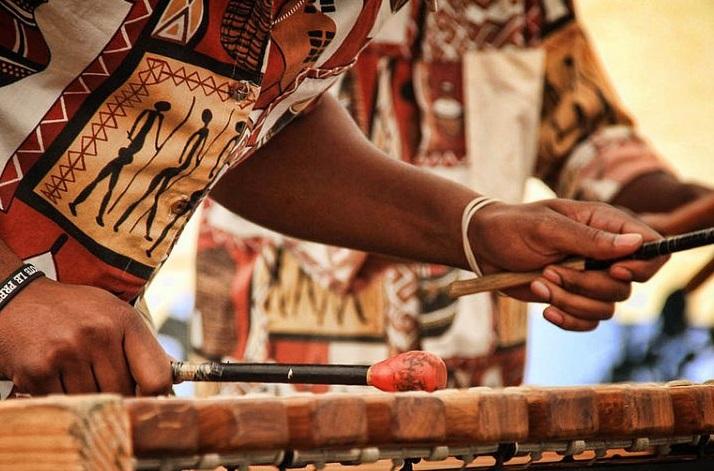 Marimba Vibrations exécute des chansons accompagnées de danses traditionnelles. D. R.