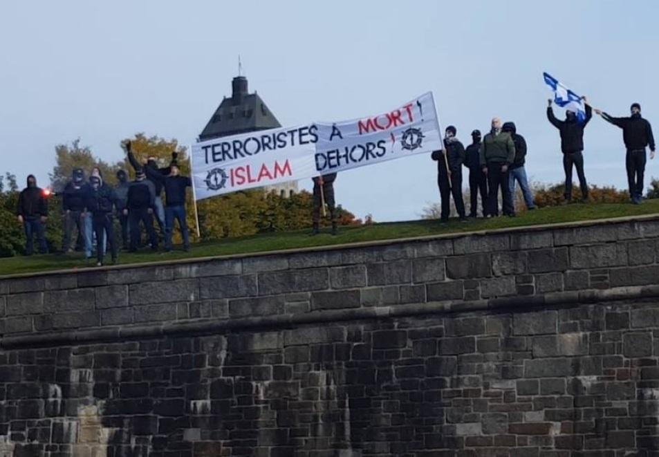 Un groupe d'extrême-droite canadien brandissant des slogans islamophobes. D. R.