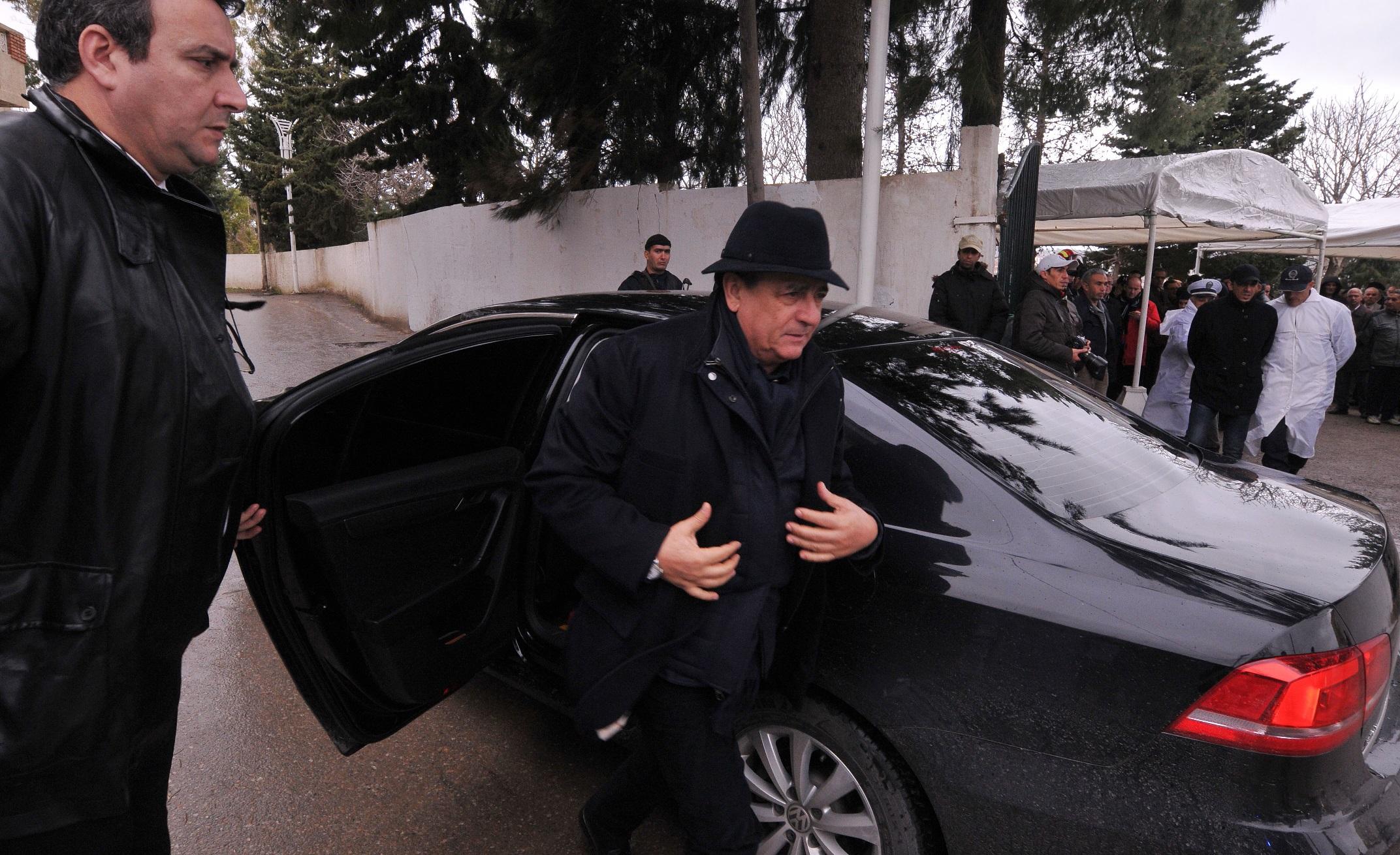 Abdesselam Bouchouareb joignant l'utile au rituel lors d'un enterrement. New Press