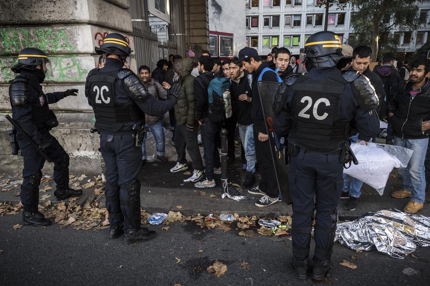 Des jeunes contrôlés à Paris. D. R.