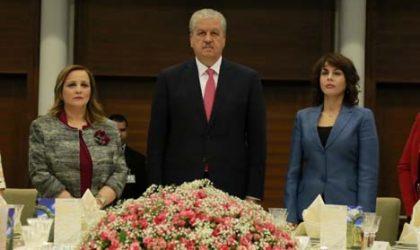 Bouteflika s'engage à promouvoir davantage les femmes aux postes de responsabilité