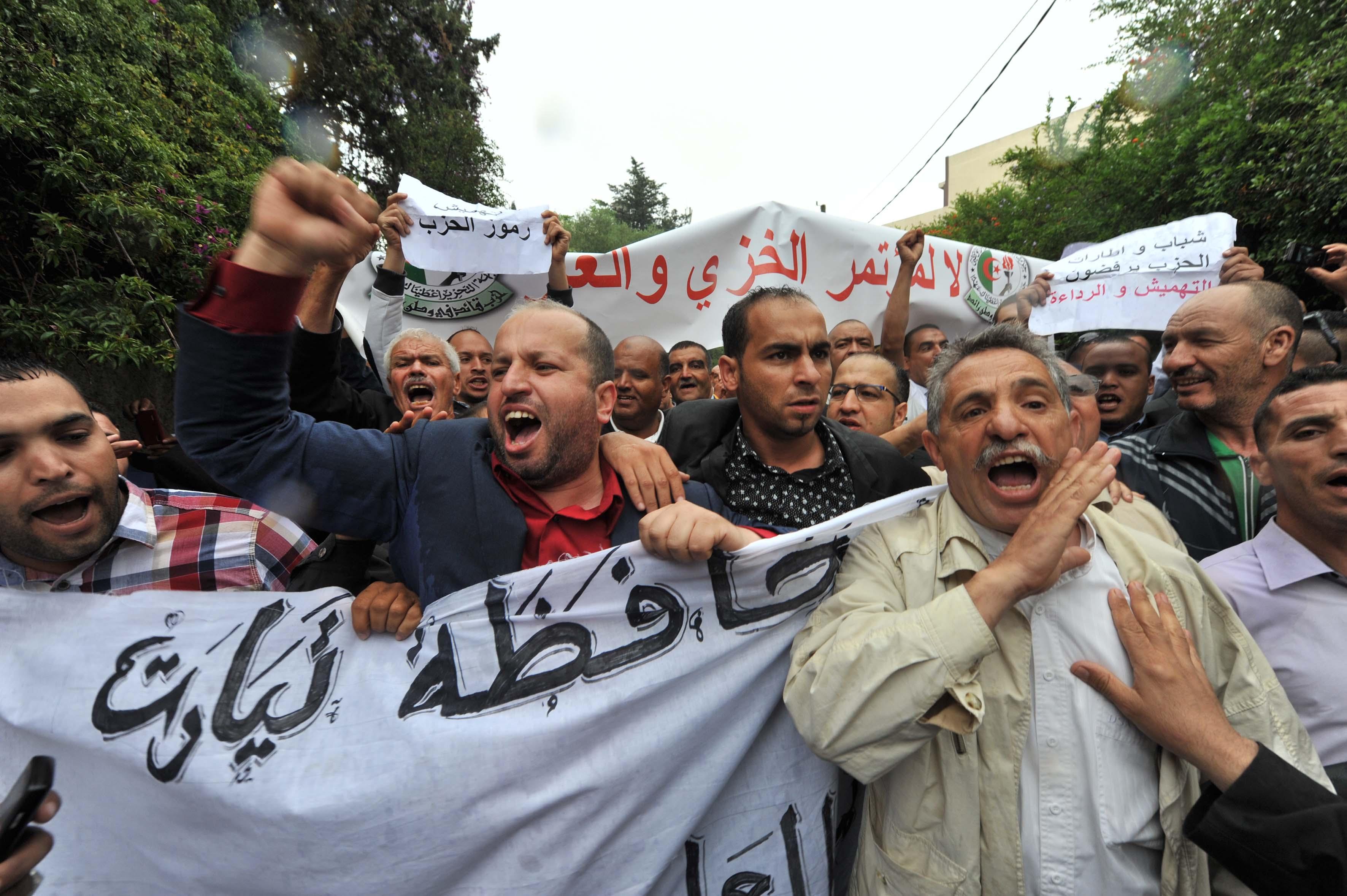 Des représentants de la mouhafadha FLN de Tiaret lors d'un sit-in en mai 2015. New Press